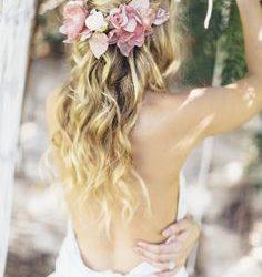 Peinados para novias con coronas o tocados de flores