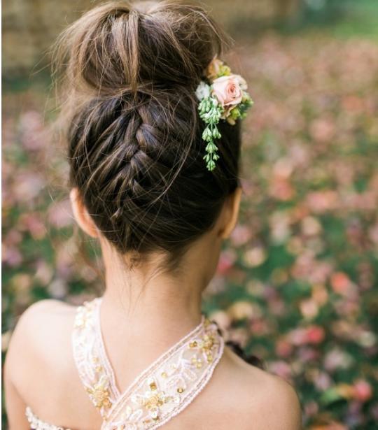 Peinado bonito recogido para niñas en bodas
