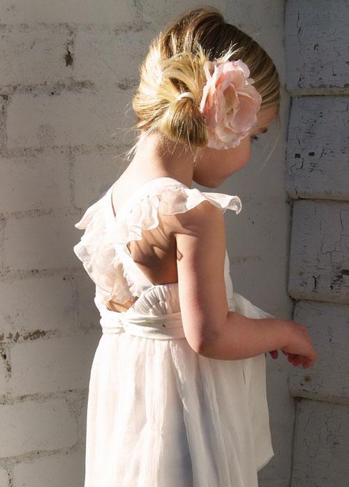 Peinado bonito recogido con flor para niñas en bodas