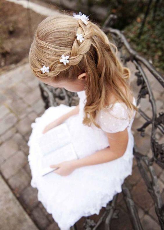 Peinado semirrecogido con flores para niñas para bodas