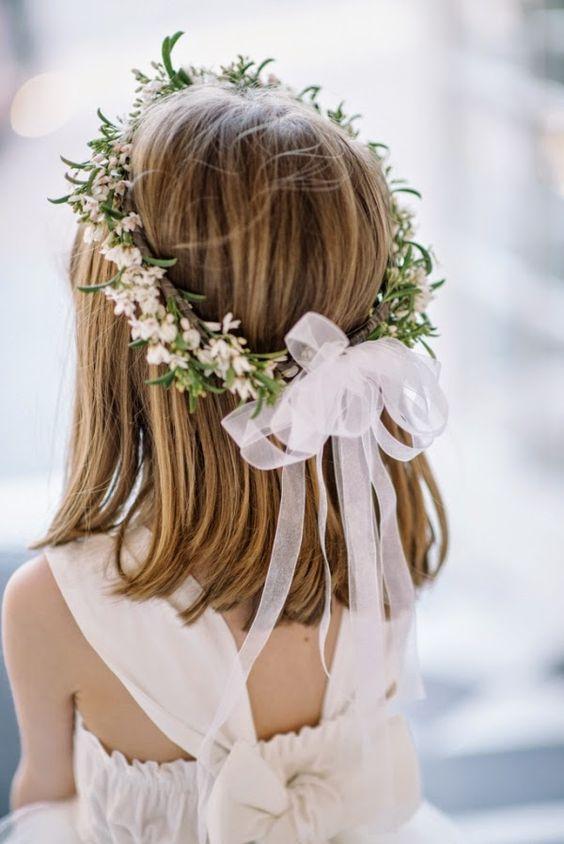 Peinado semirrecogido con corona de flores para niñas para bodas