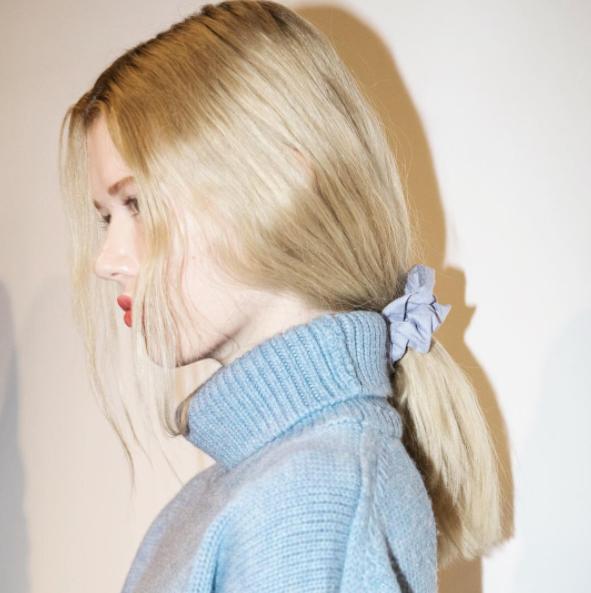 Peinados sencillos con accesorios tendencia 2018, coleteros 3