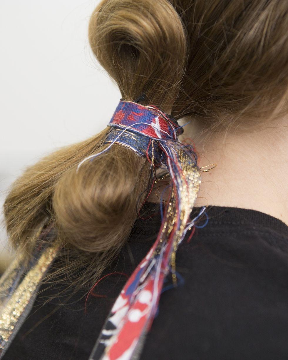 Peinados sencillos con accesorios tendencia 2018, coleteros