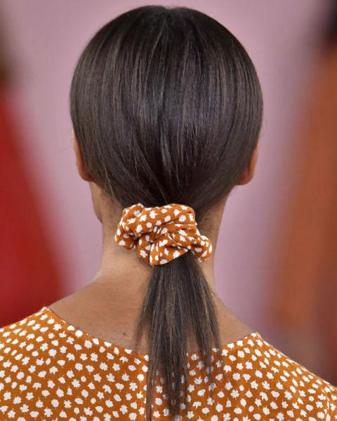 Peinados sencillos con accesorios tendencia 2018, coleteros 2