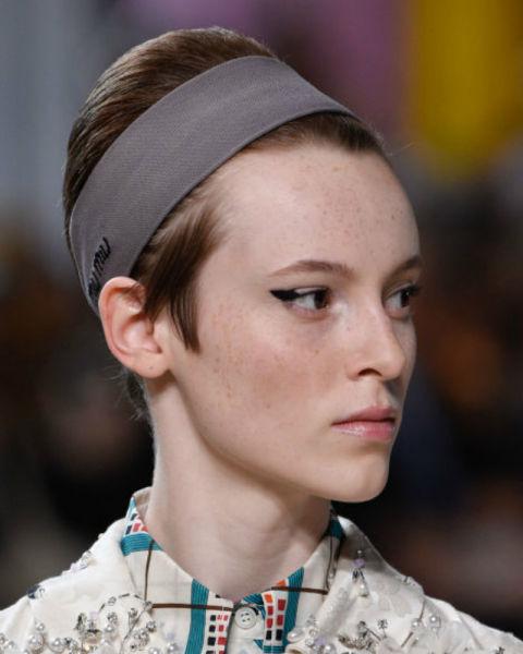 Peinados sencillos con accesorios tendencia 2018, diademas