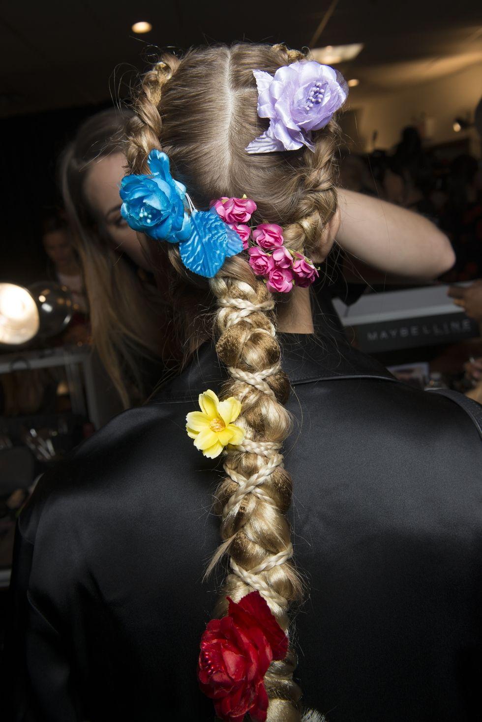 Peinados sencillos con accesorios tendencia 2018, flores