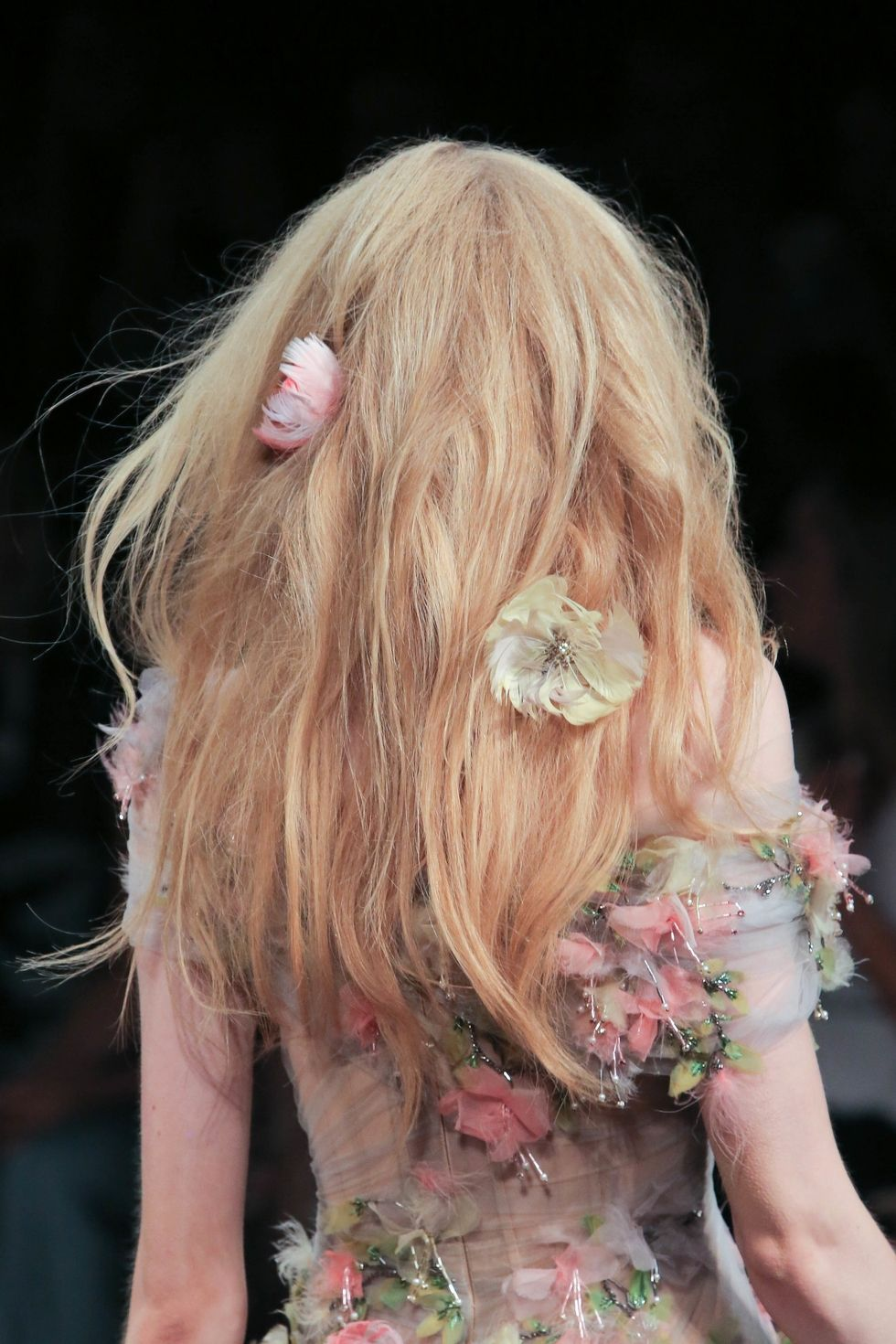 Peinados sencillos con accesorios tendencia 2018, flores 2