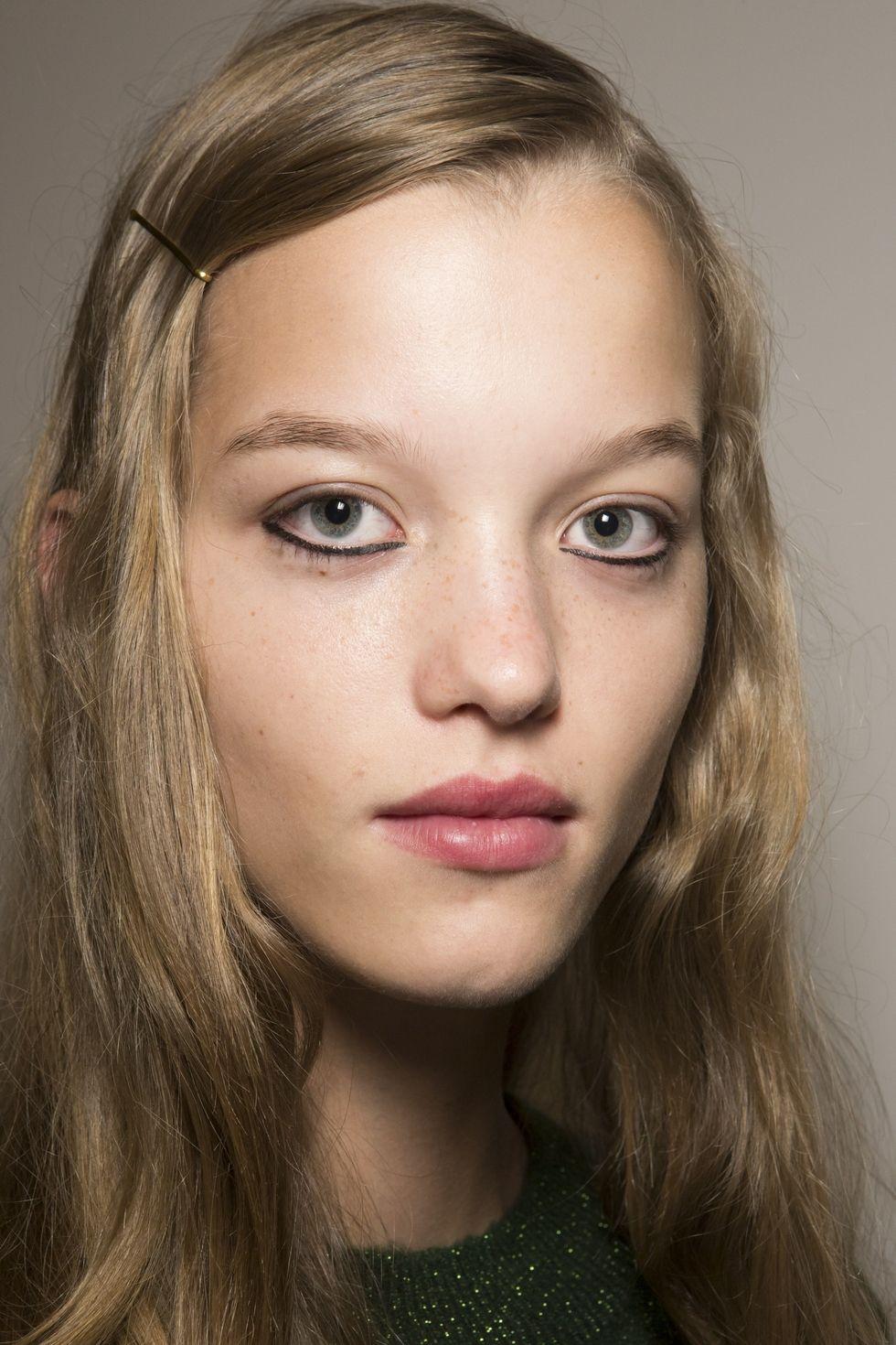 Peinados sencillos con accesorios tendencia 2018, pasadores 3