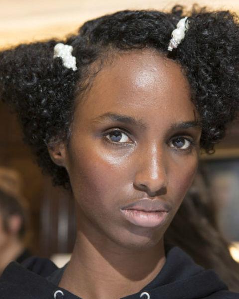 Peinados sencillos con accesorios tendencia 2018, pasadores 2